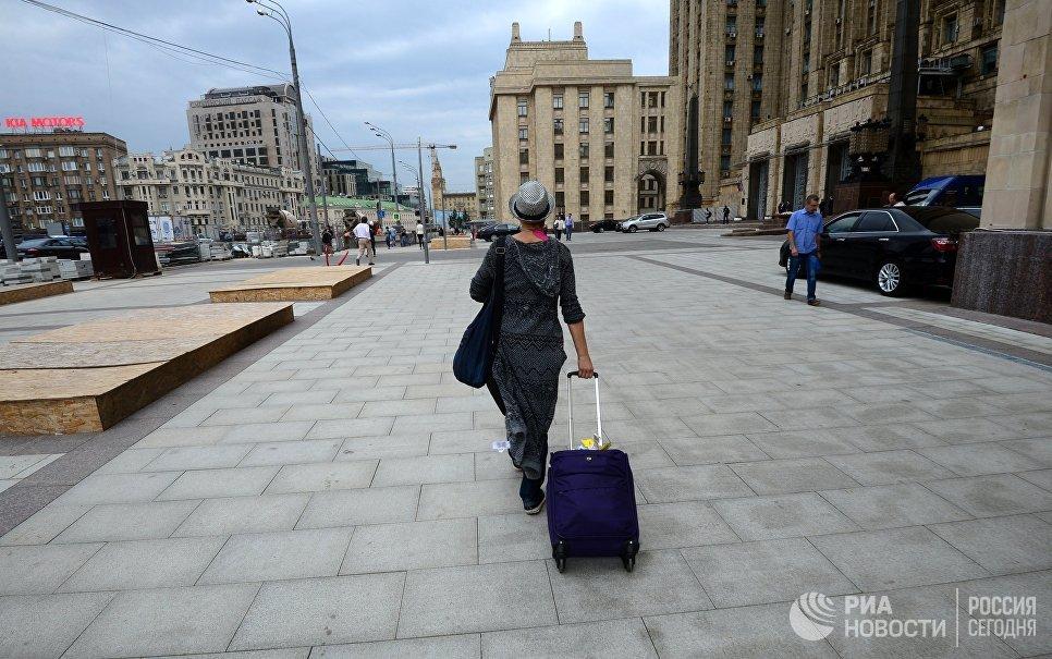 Девушка идет по Смоленской площади