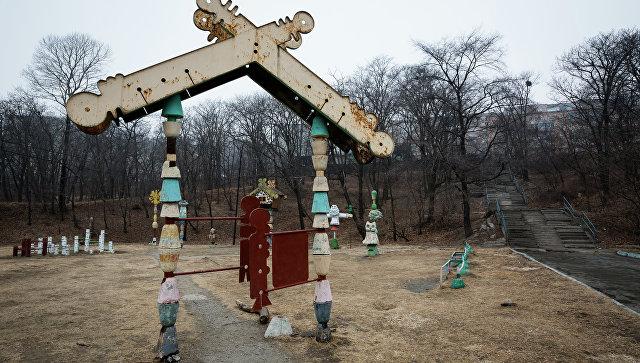 Остатки малых архитектурных форм на детской площадке в парке Минного городка во Владивостоке
