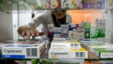 Витрина с лекарствами в аптеке. Архивное фото