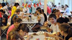 Посетители во время приема пищи в столовой всероссийского детского центра Океан. Архивное фото