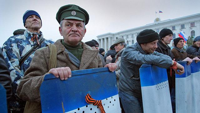 Отряды дружинников на Центральной площади Симферополя. Март 2014. Архивное фото