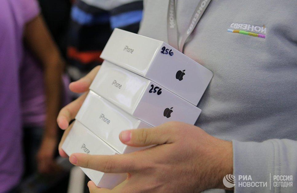 Продавец во время старта продаж нового смартфона iPhone X в магазине Связной на Тверской улице в Москве. 3 ноября 2017