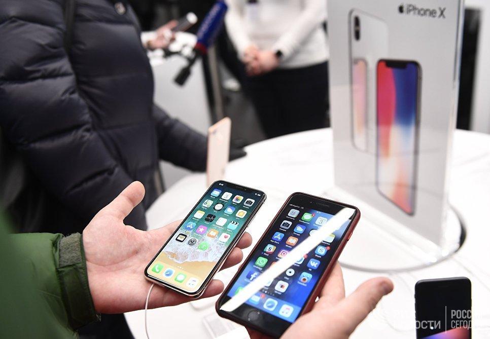 Новые смартфоны iPhone X во время старта продаж в магазине re:Store на Тверской улице в Москве. 3 ноября 2017