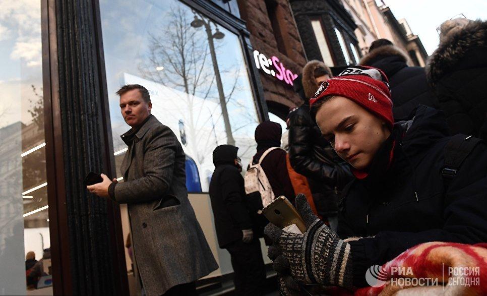 Покупатели в очереди перед началом старта продаж нового смартфона iPhone X в магазине re:Store на Тверской улице в Москве