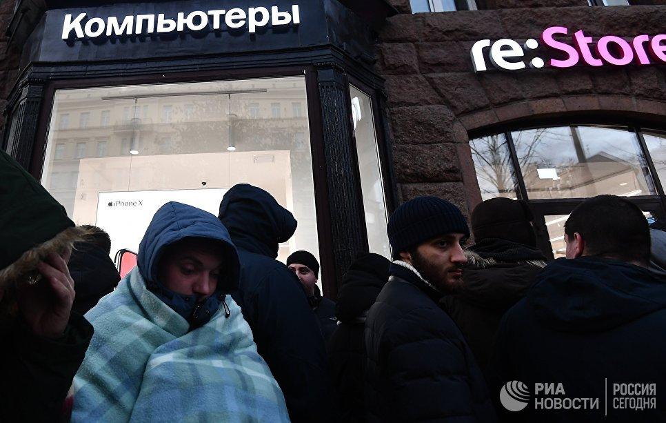 Покупатели в очереди у магазина re:Store на Тверской улице в Москве