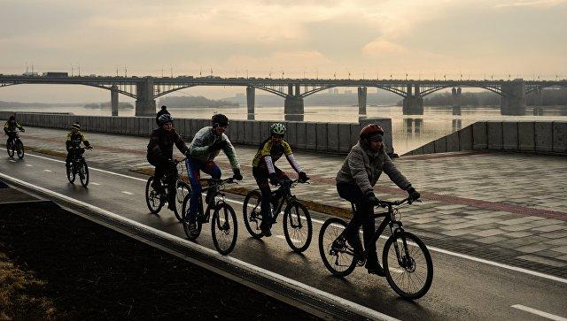 Велосипедисты едут по Михайловской набережной в Новосибирске после реконструкции