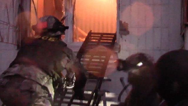 Сотрудники ФСБ во время задержания членов ячейки движения Артподготовка. Архивное фото