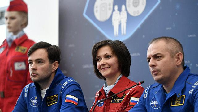 Участники эксперимента Илья Рукавишников, Елена Лучицкая и Марк Серов во время пресс-конференции по наземному моделированию полета к Луне SIRIUS-17 в Москве. 7 ноября 2017