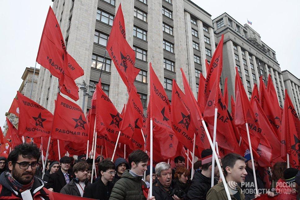 Участники акции, посвященной 100-летию Великой Октябрьской социалистической революции, в Москве.