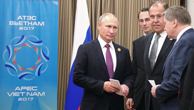 Президент РФ Владимир Путин, министр иностранных дел РФ Сергей Лавров и помощник президента РФ Юрий Ушаков на саммите АТЭС. 10 ноября 2017