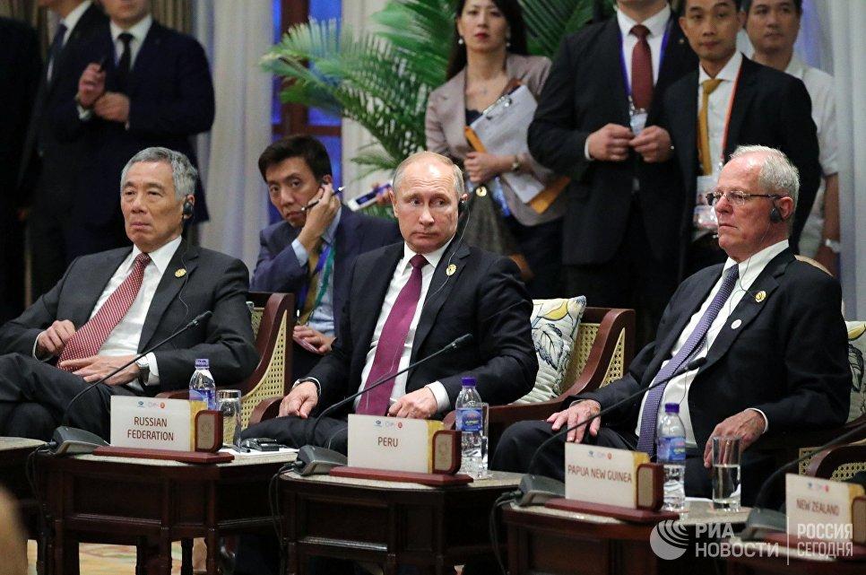 Президент Перу Педро Пабло Кучински, президент РФ Владимир Путин, премьер-министр Сингапура Ли Сянь Лун на встрече лидеров стран АСЕАН и АТЭС. 10 ноября 2017