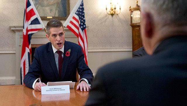 Глава Минобороны Великобритании Гэвин Уильямсон во время встречи с Джеймсом Мэттисом в Лондоне. Архивное фото