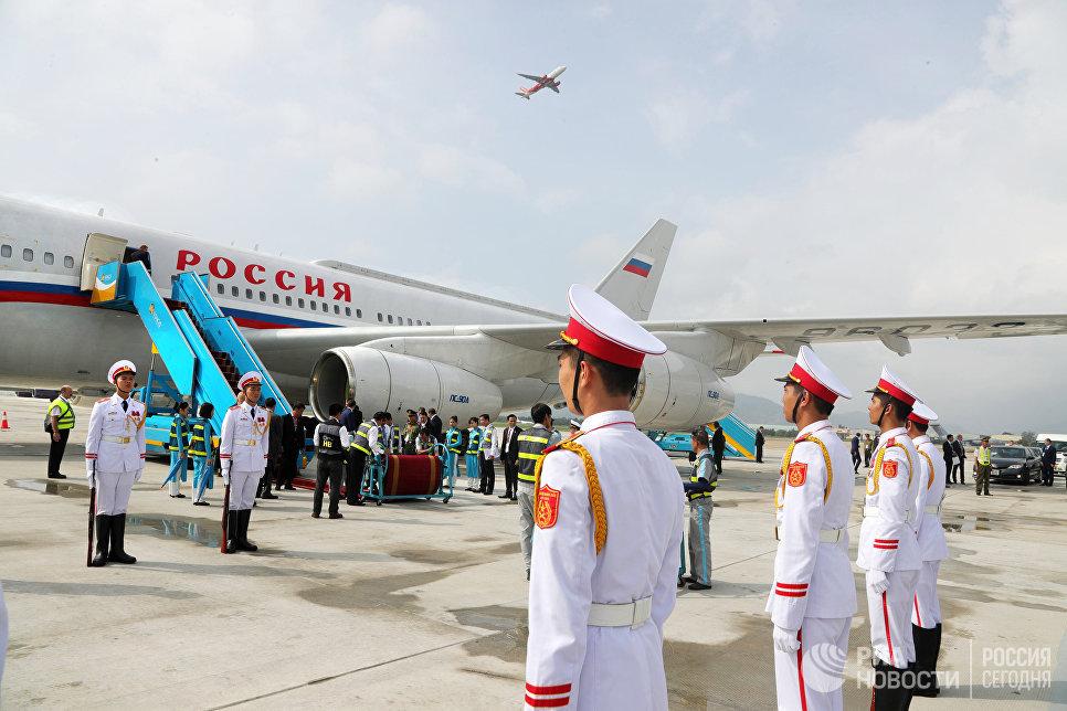 Почетный караул у самолета президента РФ Владимира Путина в аэропорту вьетнамского Дананга, куда он прибыл для участия в 25-м саммите стран Азиатско-Тихоокеанского экономического сотрудничества (АТЭС)