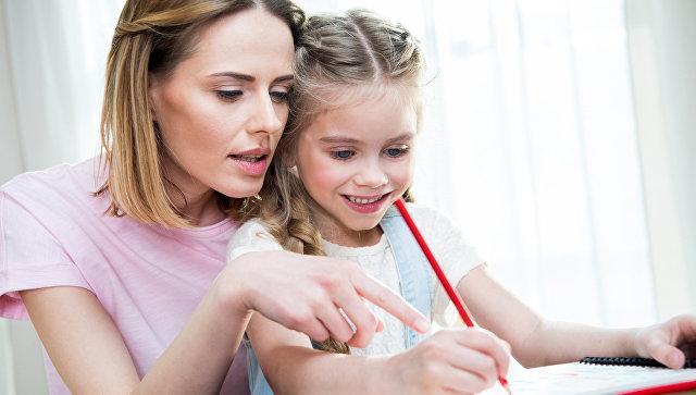 Родители обучают дочь
