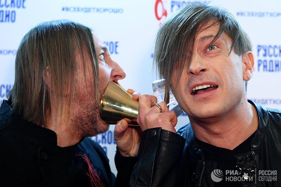 Участники группы Би-2 Александр Уман (слева) и Егор Бортник на XXII церемонии вручения музыкальной премии Золотой Граммофон