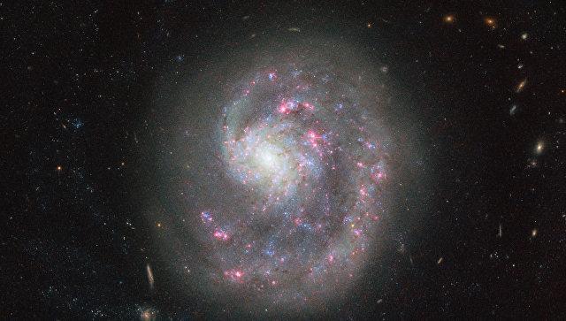 Ученые при помощи телескопа Hubble сделали снимок необычайной «однорукой» галактики
