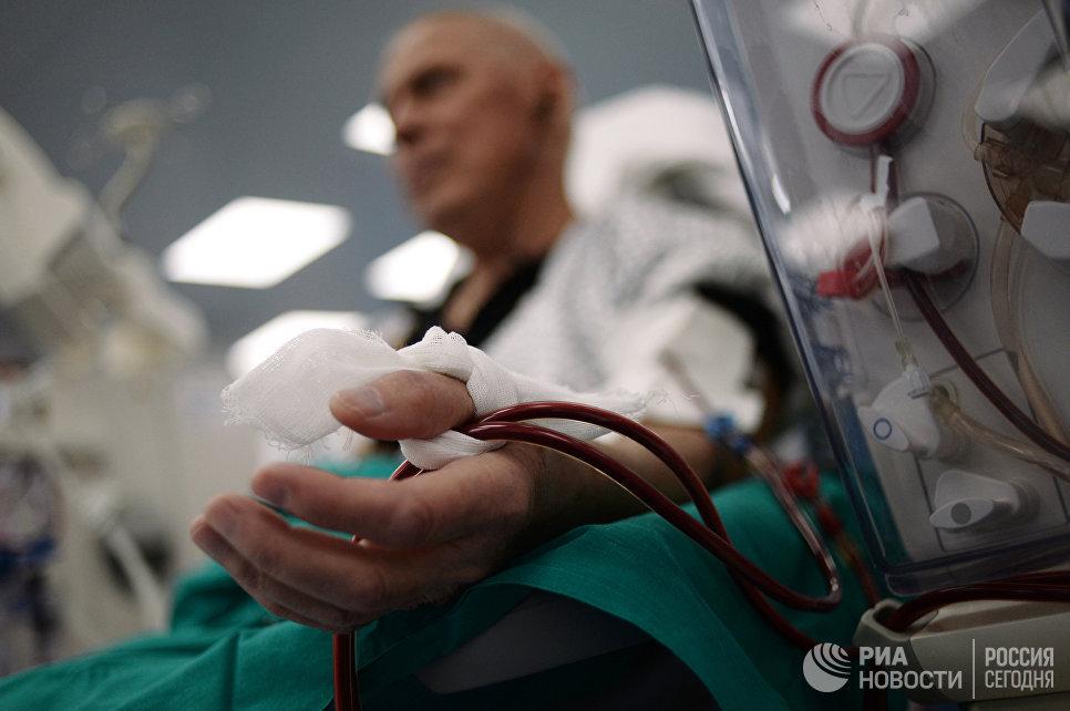Пациент во время проведения процедуры по очищению крови в Центре гемодиализа в Москве