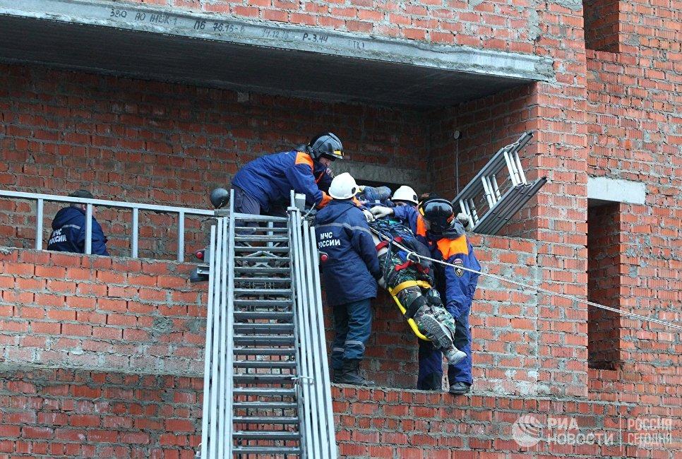 Спасатели эвакуируют пострадавшего из строящегося жилого дома по улице Фурманова в Саранске, где произошло обрушение лестничных маршей. 13 ноября 2017