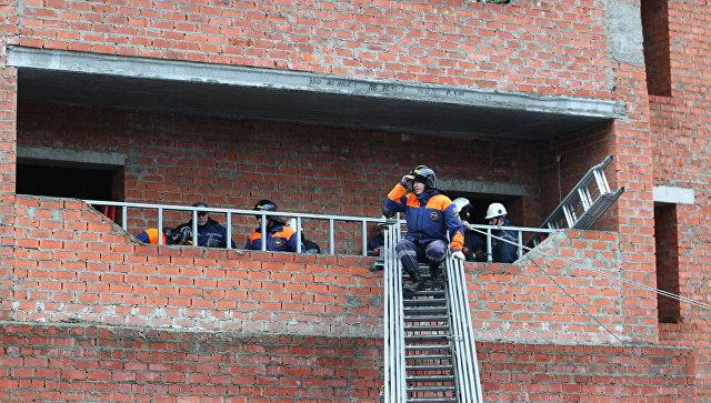 Спасатели в строящемся жилом доме по улице Фурманова в Саранске, где произошло обрушение лестничных маршей. 13 ноября 2017