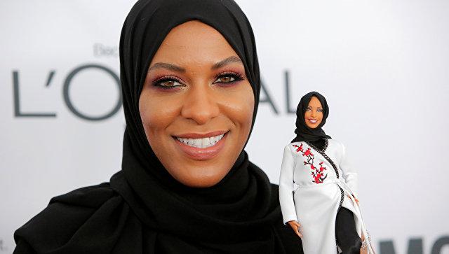 Фехтовальщица Ибтихадж Мухаммад с куклой Barbie