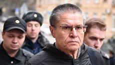 Экс-министр экономического развития Алексей Улюкаев у здания Замоскворецкого суда. Архивное фото