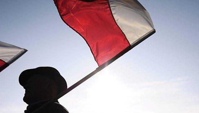 Мужчина с флагом Польши. Архивное фото
