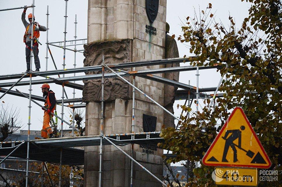 Рабочие монтируют строительные леса у памятника благодарности Красной армии в центре города Щецин. 16 ноября 2017