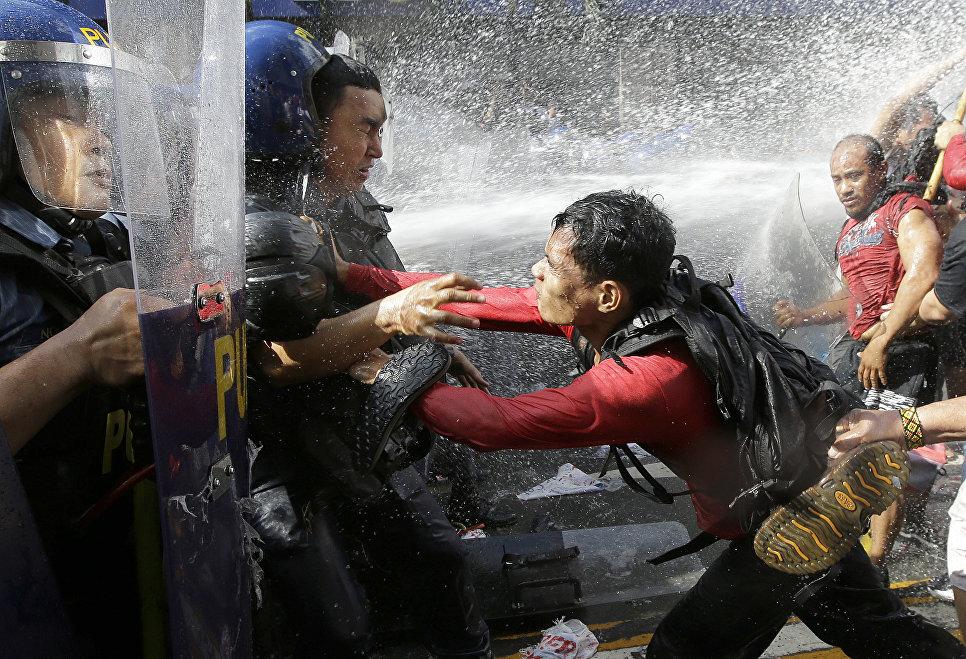 Акция протеста возле здания посольства США в Маниле, Филиппины