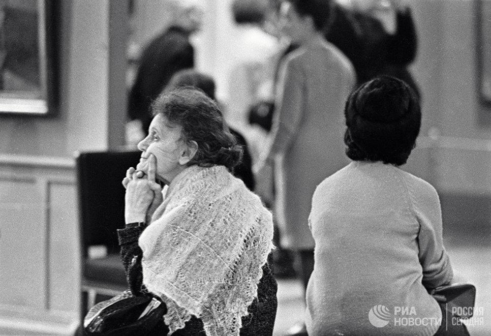 Женщины отдыхают на банкетке в Музее им. А. С. Пушкина.