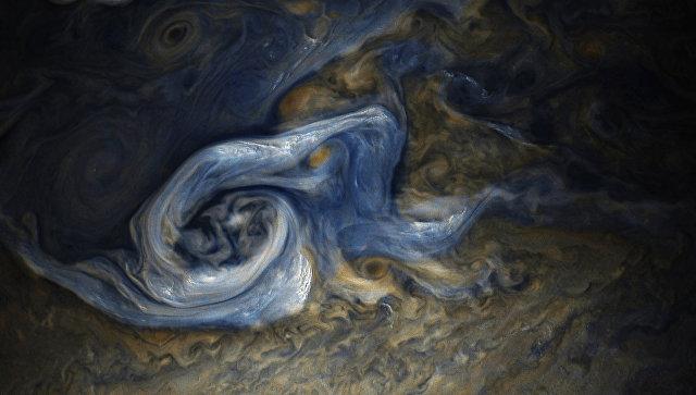 Зонд NASA Juno «поймал» потрясающие бури наЮпитере