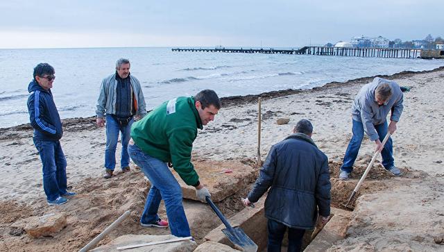 В Евпатории на пляже на мысе Карантинный обнаружили древнегреческую плитовую могилу. 17 ноября 2017