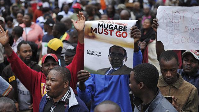 Протестующие призывают президента Мугабе уйти в отставку в Хараре, Зимбабве. 18 ноября 2017