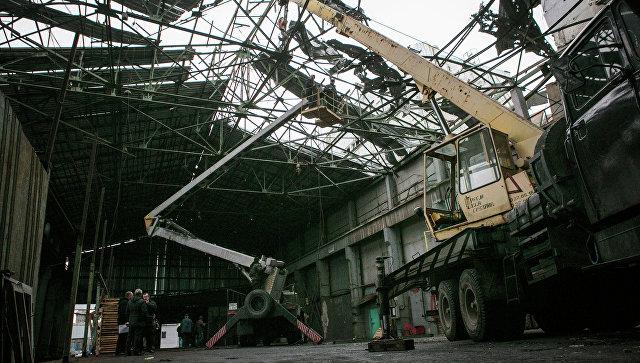 Восстановительные работы в одном из цехов завода. Архивное фото