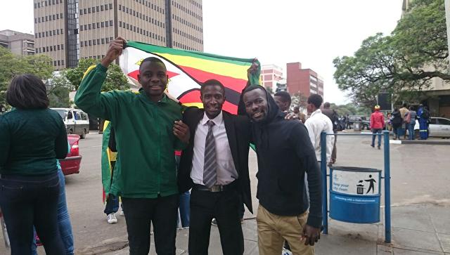 Молодежное крыло правящей партии Зимбабве призвало президента уйти