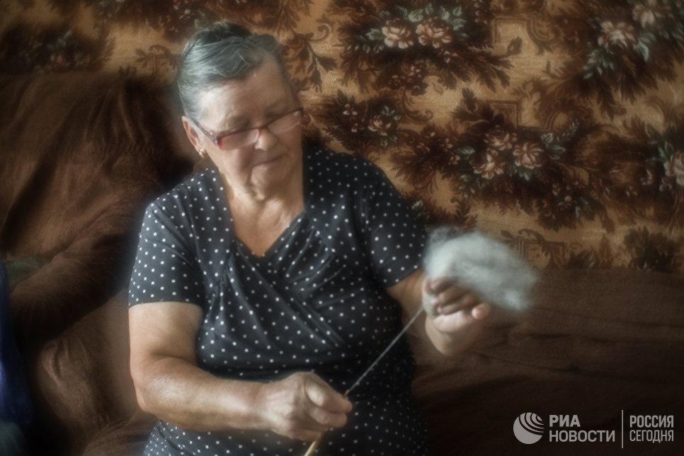 Миннур Ишмухаметова прядет нить из козьего пуха.