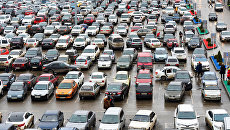 Автомобили на парковке в торговом центре