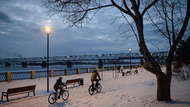 Прохожие на Михайловской набережной реки Обь в Новосибирске