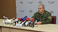 Заместитель командующего оперативным командованием ДНР Эдуард Басурин демонстрирует журналистам беспилотный летательный аппарат (БПЛА), сбитый вооруженными силами ДНР в районе города Докучаевск. 21 ноября 2017