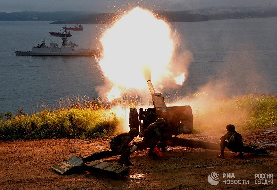 Артиллеристы бригады морской пехоты Тихоокеанского флота РФ приветствуют салютом индийские корабли