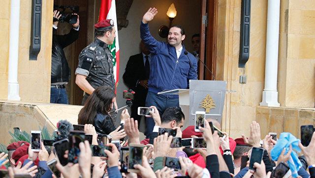 Премьер-министр Ливана Саад Харири приветствует своих сторонников в Бейруте. 22 ноября 2017