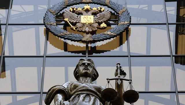Статуя Фемиды на фасаде здания верховного суда РФ в Москве.