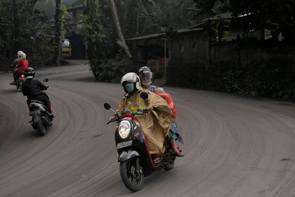 Дорога покрыта пеплом от извержения вулкана Агунг на острове Бали в Индонезии