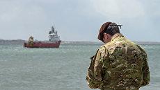 Военный в гавани Комодоро Ривадавия во время отправки норвежского судна Sophie Siem на поиски пропавшей аргентинской подлодки Сан-Хуан
