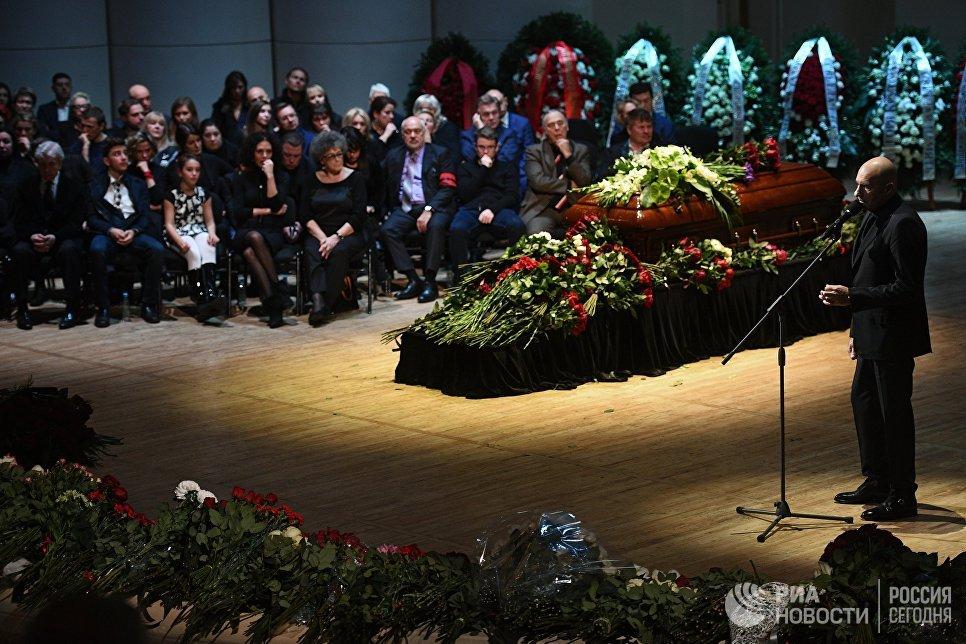 Композитор Игорь Крутой выступает на церемонии прощания с оперным певцом Дмитрием Хворостовским в Концертном зале имени П. И. Чайковского в Москве