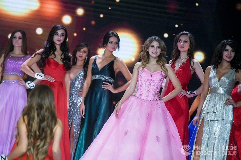 Участницы конкурса Мисс Москва-2017 на сцене театрально-концертного зала Мир в Москве