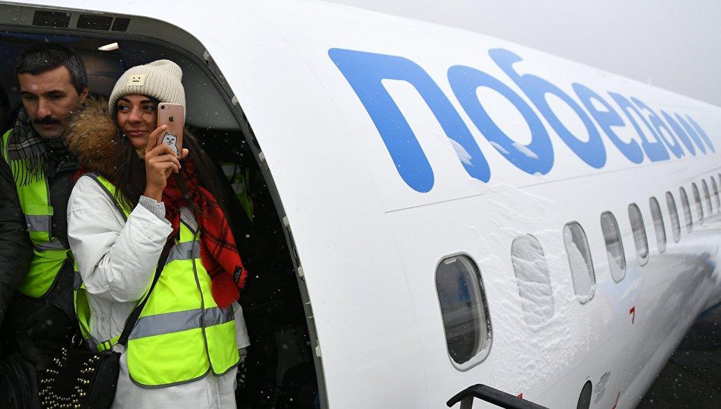 Девушка на борту нового самолета Boeing 737-800 авиакомпании Победа