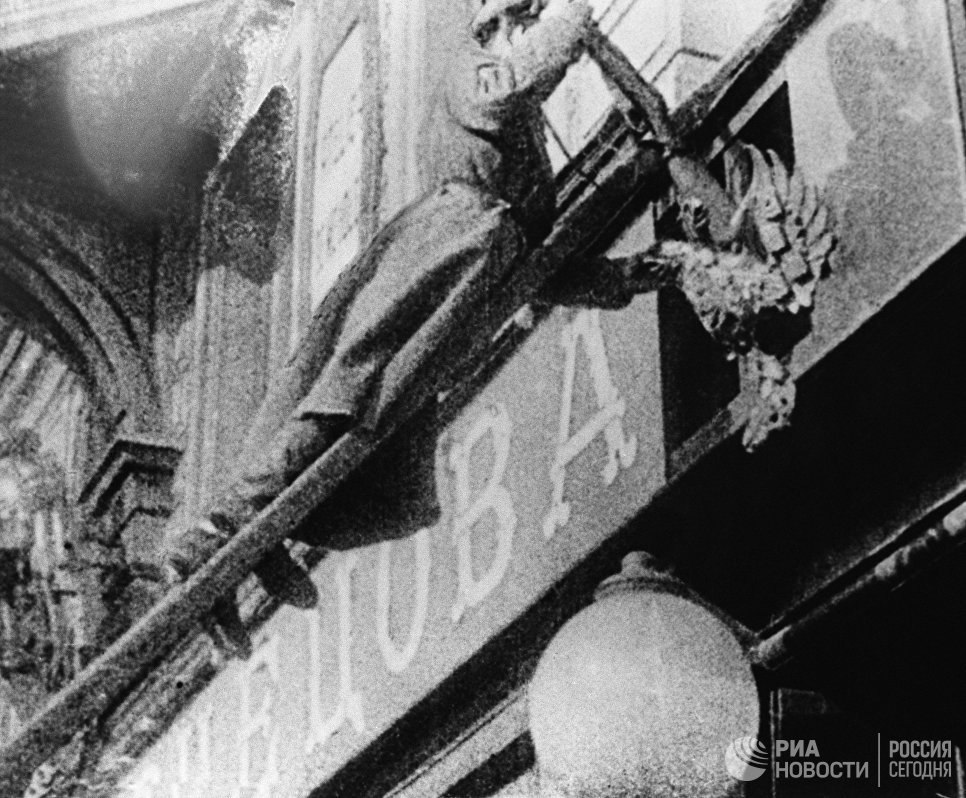 Солдат срывает эмблему царизма. Петроград, февраль 1917 год