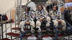 Члены основного экипажа 54/55-й длительной экспедиции на МКС астронавт НАСА Скотт Тингл, космонавт Роскосмоса Антон Шкаплеров и астронавт ДжАКСА Норишиг Канаи. 29 ноября 2017