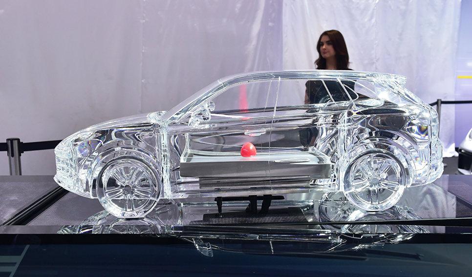 Миниатюрная версия модели Porsche Cayenne на автосалоне в Лос-Анджелесе
