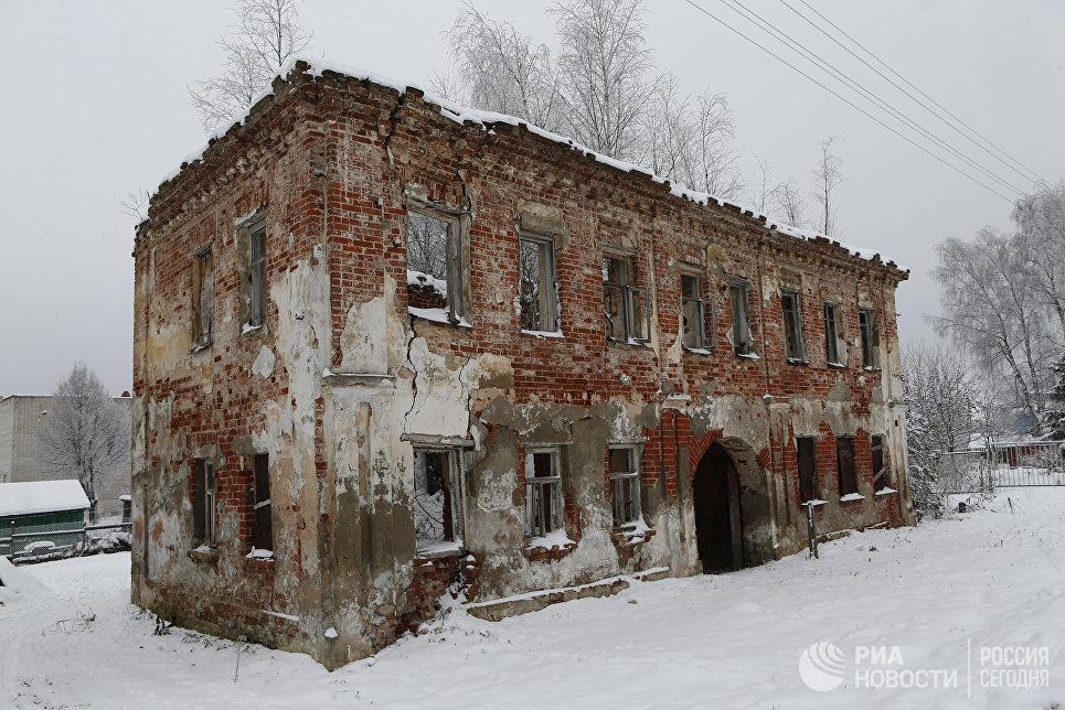 Разрушенная бывшая купеческая усадьба в селе Толбухино Ярославской области.